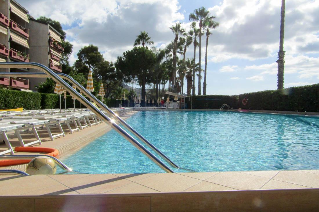Sanremo vendita appartamento fronte mare con piscina