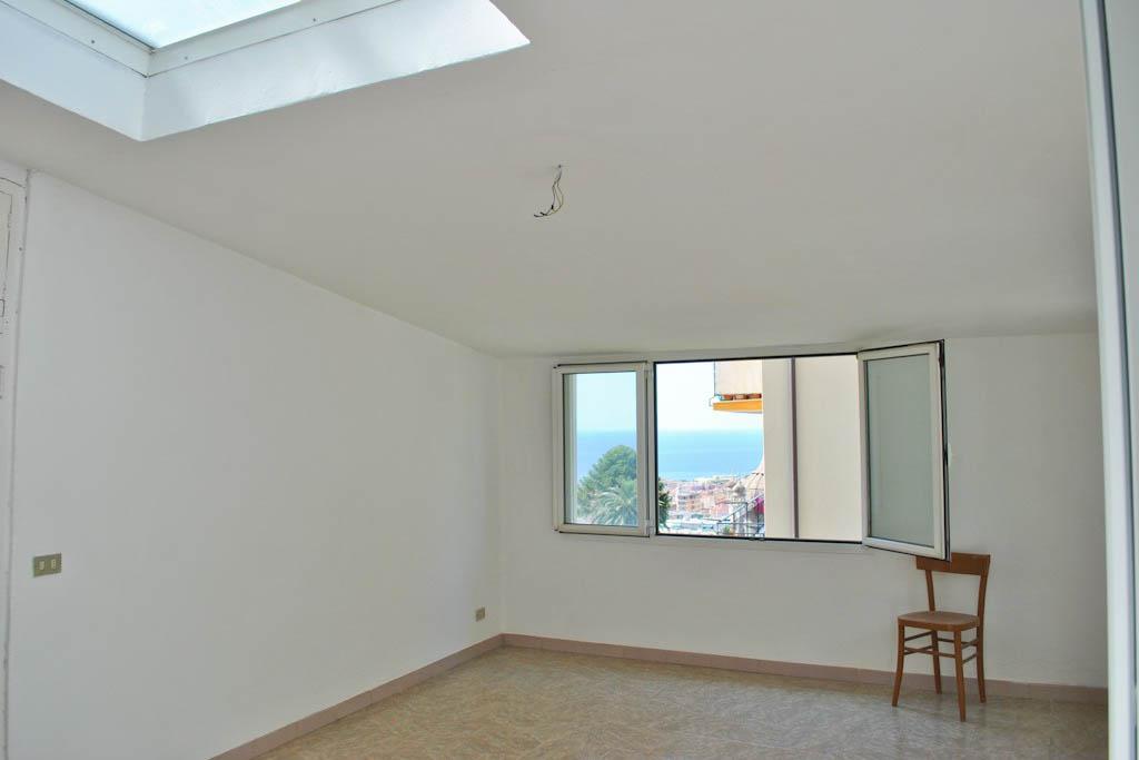 Sanremo  vendita appartamento in casa indipendente con posti auto