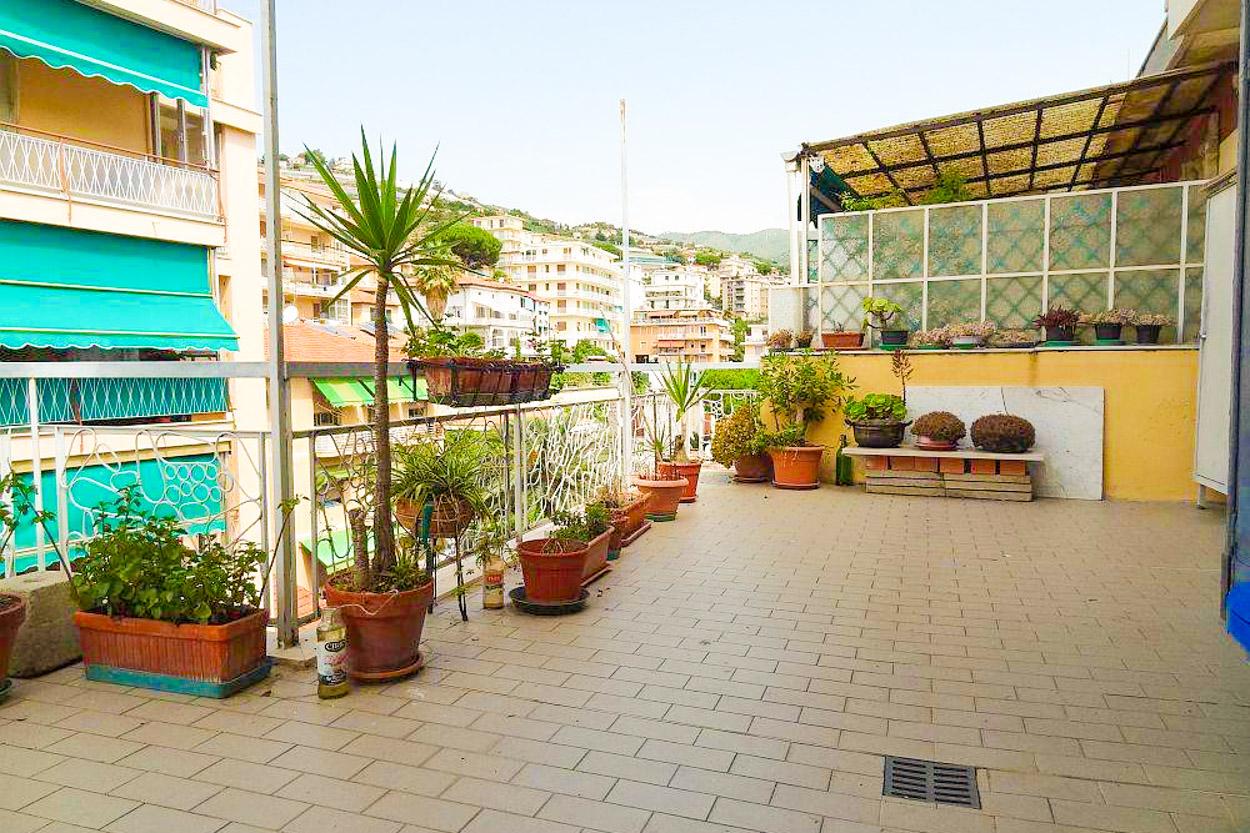 Sanremo vendita sottoattico con terrazza e cantina