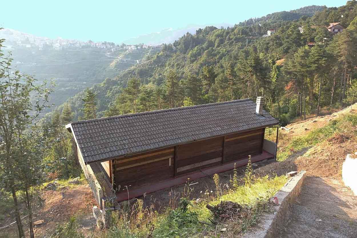 Bajardo a 25 km da Sanremo vendita casa indipendente con terreno di 1100 mq.