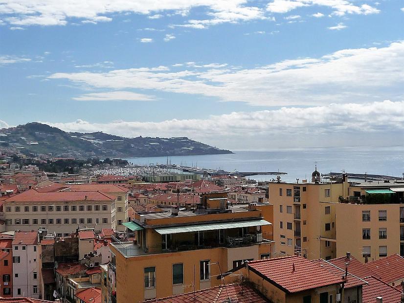 Sanremo Corso degli Inglesi appartamento mansardato con posto auto e vista mare