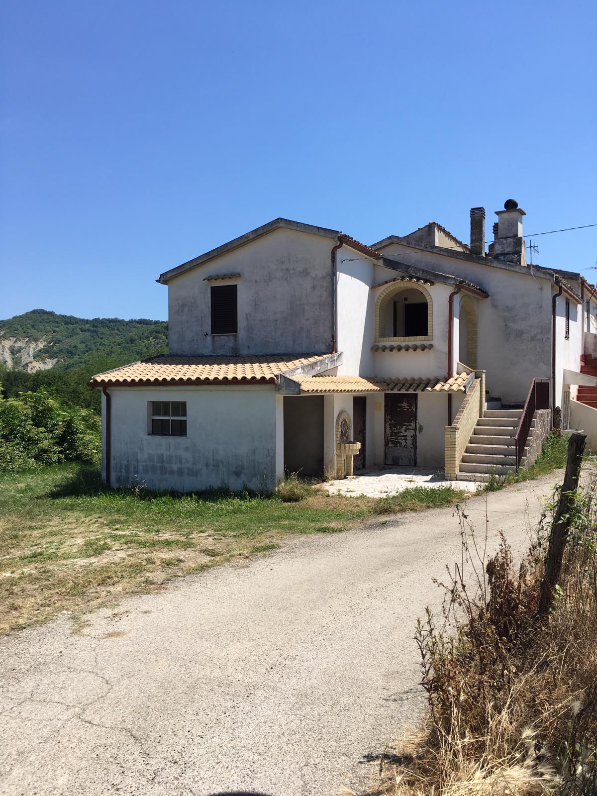 Castiglione Messer Raimondo (TE) , casa semi indipendente con terreno e box auto