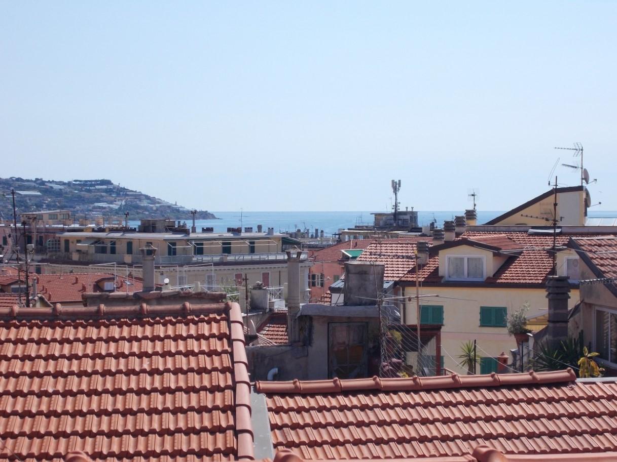 Sanremo, centrale, zona San Siro, appartamento con terrazzi e vista mare