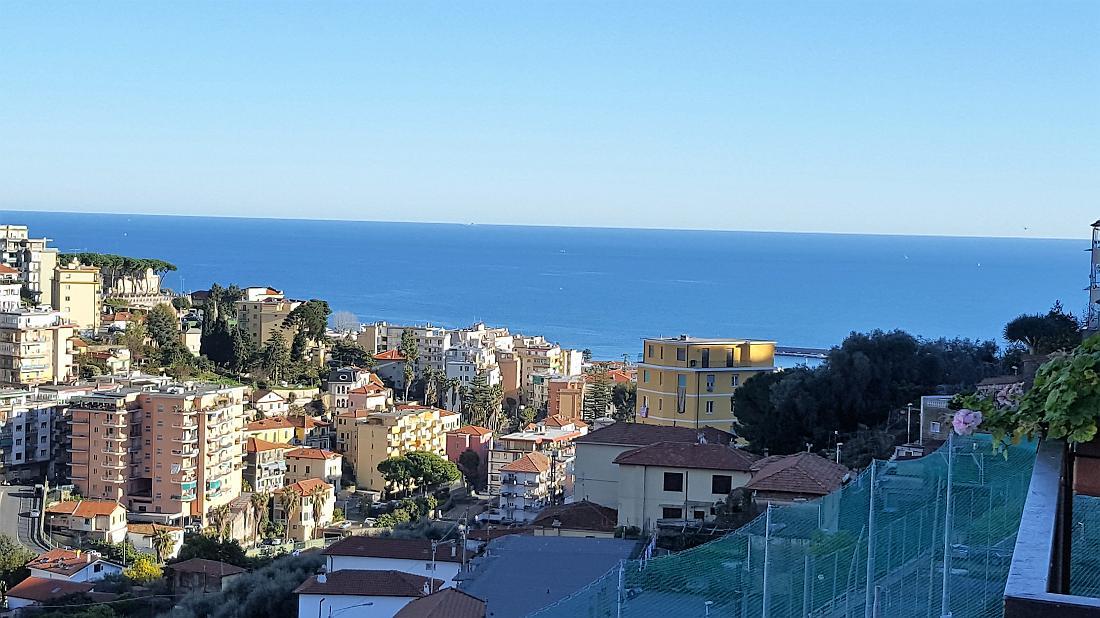Sanremo, zona Via Dante, a circa 2 km dal centro,appartamento con posto auto assegnato e vista mare