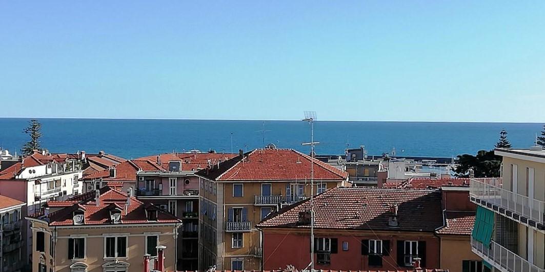 Sanremo, trilocale centrale con posto auto e vista mare