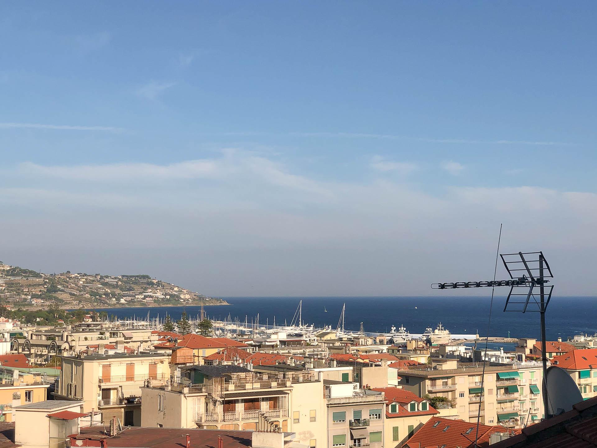 Sanremo, parte alta del centro storico, trilocale con terrazzo e vista mare
